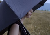 伞下又是一个雨天