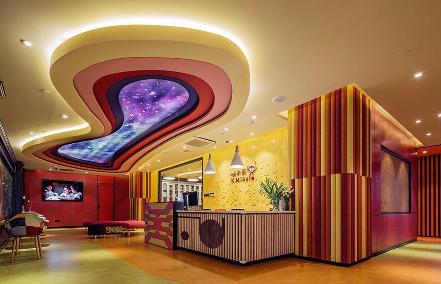 大厅采用律动的曲线与笔直的直线相结合来分割画画,抬头便是星罗棋布的星空,那流畅的线条仿佛让星空流动了起来,让人产生无限的遐想。丰富饱和的色彩搭配,柔和的灯光映照,让整个空间营造出轻松欢快的氛围。