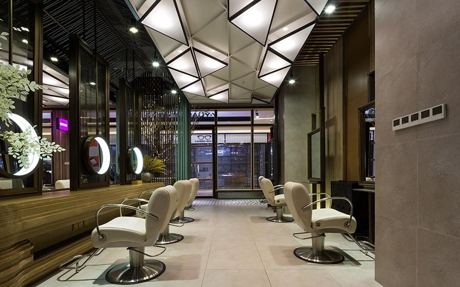 台面线条与室内装饰垂线交相呼应,曲面拐角又显灵巧。长型镜面与圆形镜面重复搭配,打造深度立体感。镜面采用环形灯设计,其反射的平行光源,让每一位客人都能遇见最美的自己。