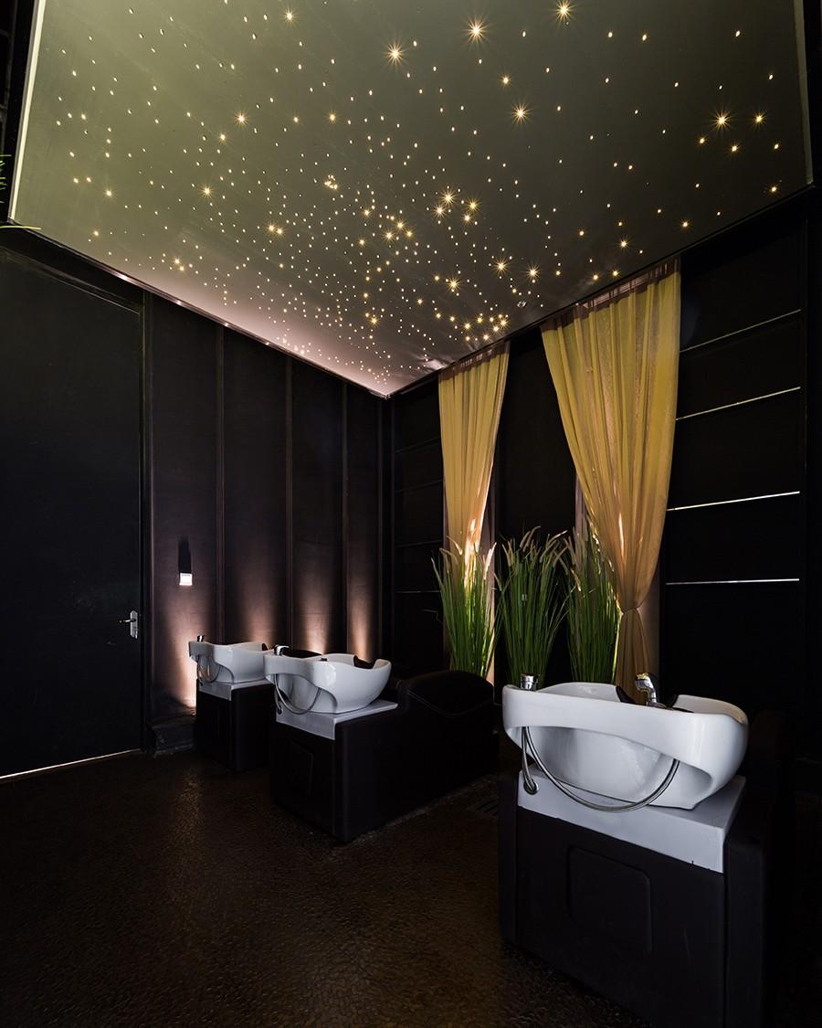 天花板采用星光式的灯光设计,深邃的星空令人心驰神往,让顾客在洗发时,享受心灵暂时的宁静与遐想。