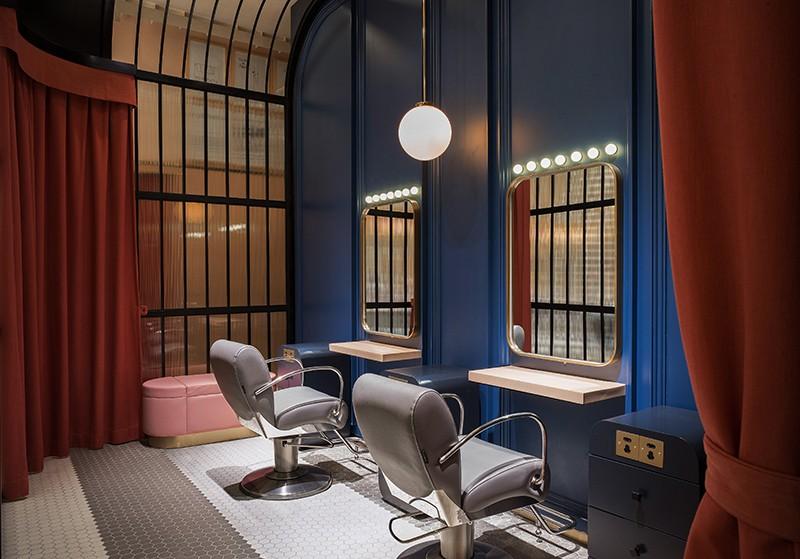 贵宾室选用了比较庄重和正式的深蓝色与正红色搭配,帘布的隔断设计既保留了这一空间私密性,同时又避免其与大厅的断裂感。