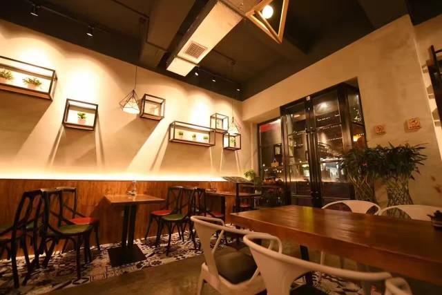 雅安一家春面馆实拍夜景,成都餐厅设计公司