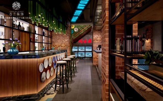 川味源坐落在大连,可以说是一家闹市中的餐厅。从外观上看复式小洋楼颇为惊艳,有种穿越到上海老租界的感觉。