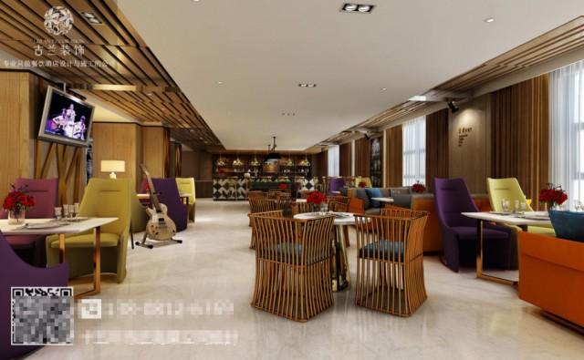 设计师在酒店过道的设计上也非常用心,创意的装饰为整个过道增添了特色,天然的木制元素以及绿植的装饰让客人有回归自然之感。 设计师将人文、自然、民俗等体现在酒店客房中。不同的色彩与不同的房型交错搭配,使每个房间都有所不同。