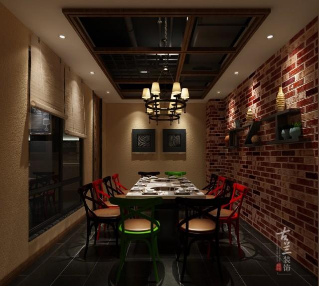 聂三耳火锅店风格运用混搭的loft风,材料运用防腐木、文化砖、黑色矩管搭配软装布艺,塑造随性、自由、超酷的用餐氛围。