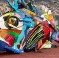 色彩斑斓的巨型野生动物塑料雕塑