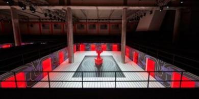 AMO为普拉达2020秋冬女装展,打造秀场彩色空间