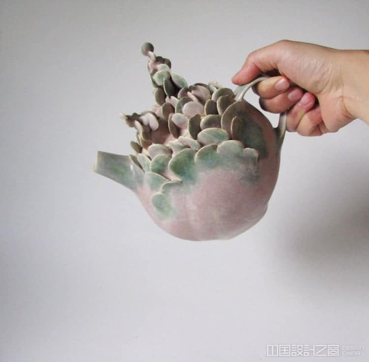 """从风景画到珊瑚礁灵感纺织品,大自然一直是许多当代艺术家的灵感源泉。克里夫兰的陶艺家马伊娜·后藤""""自然的回声""""是这些创意之一。她根据自然界中发现的结构:精致的花瓣、种子和花蕾,雕刻出独一无二的花瓶、环形碟和有盖器皿。 后藤来自日本大阪,和一位专业和服制造商的祖母一起长大。"""