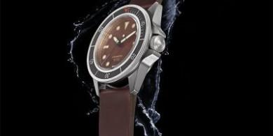UNIMATIC 潜水手表具有独特的古铜色表盘和触感黑色表圈