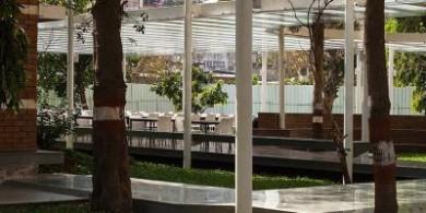 孟買這個學校的戶外就餐區設計,盡顯光與影的魔力