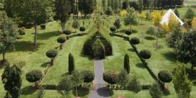 """自然景觀藝術:坐落在郁郁蔥蔥花園里的""""樹教堂""""與迷宮步道"""