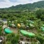 这座迷人的树木度假村坐落在韩国的森林中