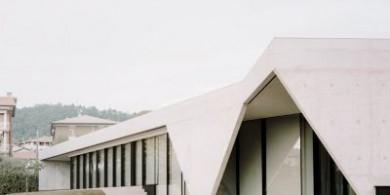这座被混凝土包裹的住宅,是一个白色的静谧空间
