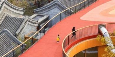 MAD工作室设计的北京幼儿园红色屋顶游乐场
