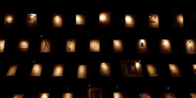 在黑暗的图书馆里,每一本书都有属于自己的光